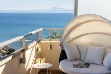 terraza del apartamento de alquiler en Cullera con la playa de Cap Blanc y el mar en el fondo